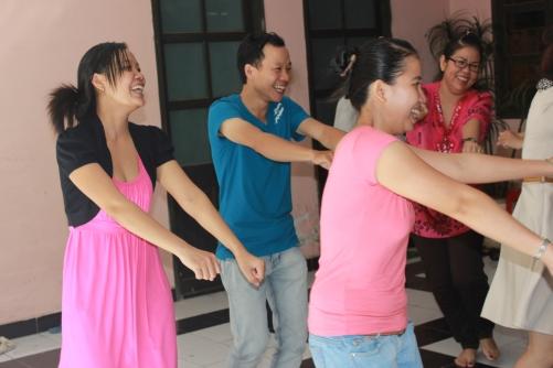 Yoga cười mang lại tinh thần lạc quan tích cực cho nhân viên văn phòng